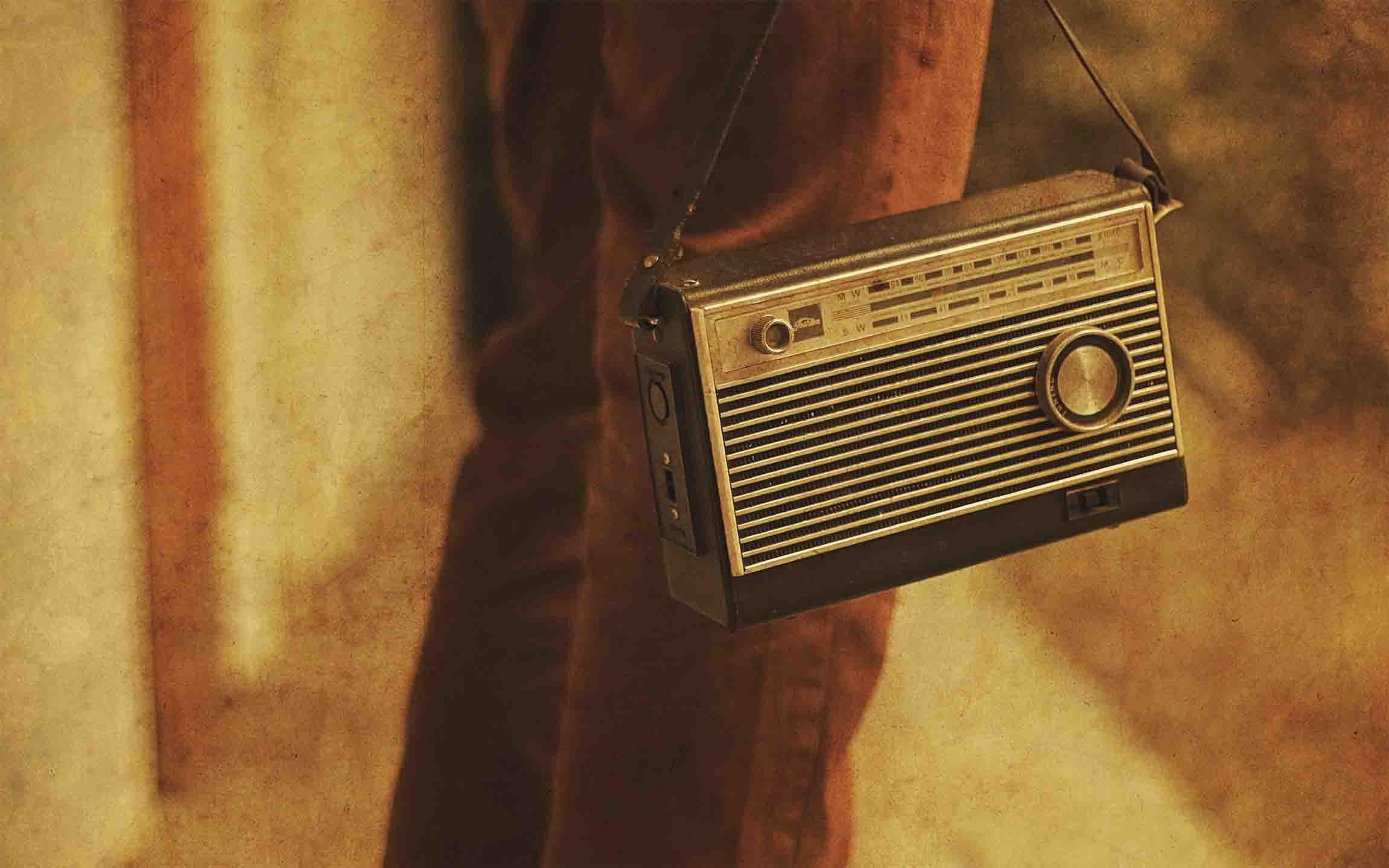 برای مطلع شدن از اخبار به رادیو گوش دهید.
