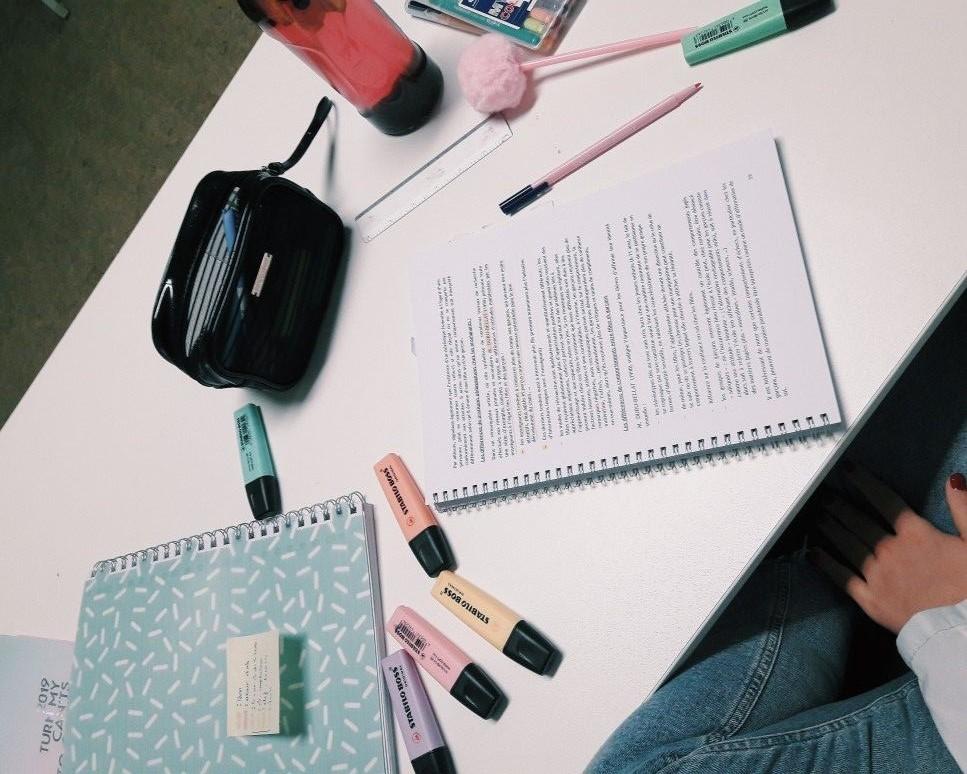 برای یادداشت برداری از خودکار رنگی و هایلایتر استفاده کنید